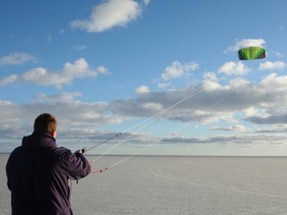 Vėjo žaidimai su mokomaisiais jėgos aitvarais