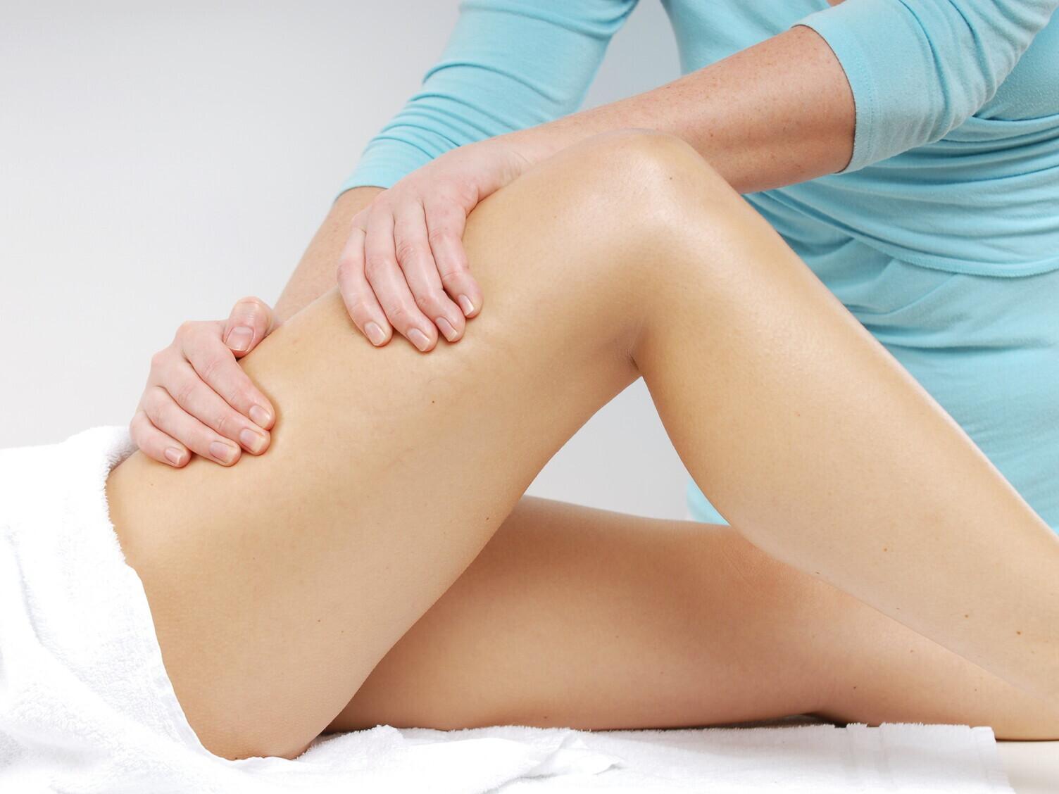 Kojų korekcinis - anticeliulitinis masažas medumi