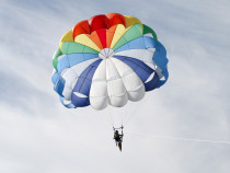 Šuolis iš lėktuvo apvaliu parašiutu