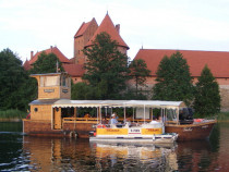 """Pasiplaukiojimas laivu """"Nepažinti Trakai"""" su karaimiškom vaišėm"""